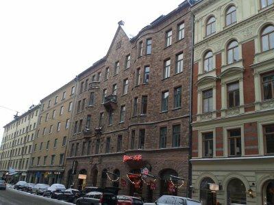 Architekturę Östermalmu cechuje spora różnorodność. Elewacje często są okładane kamieniem.