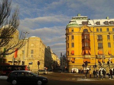 Niewielki, powojskowy budynek z kominem, pomiędzy gmachem teatru a początkiem Strandvägen, mieści dziś muzeum muzyki i teatru, ze względu na zbiór lalek teatralnych chętnie odwiedzane przez dzieci.