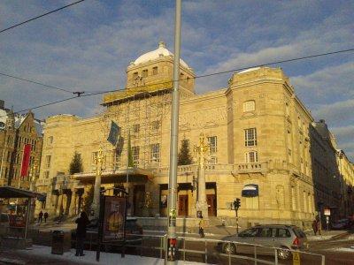Gmach królewskiego teatru dramatycznego, zwanego popularnie Dramaten. Remonty, odświeżanie fasad, budowy to w Sztokholmie częsty widok.