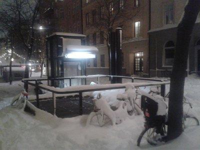 Rowery zaparkowane przy wyjściu z metra będą musiały chyba trochę poczekać.
