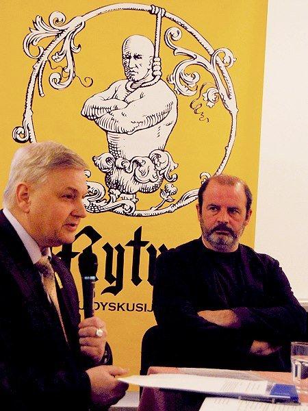 (po prawej) Wołodymyr Pawliw podczas spotkania Galicyjskiego Klubu Dyskusyjnego Mytusa. Uwagę zwraca żółty klubowy plakat...