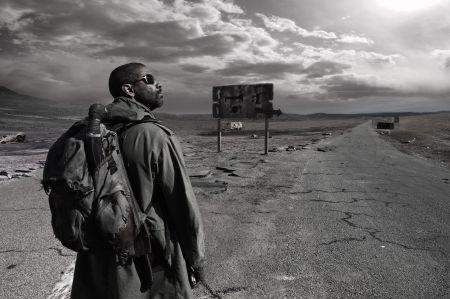 Samotny wędrowiec z maczetą od trzydziestu lat wędruje na zachód przez spustoszoną Amerykę