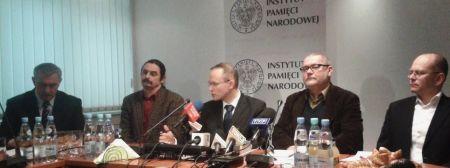 od lewej: Edward Nowak (Sieć Solidarności), Przemysław Miśkiewicz (Stowarzyszenie Pokolenie), prezes IPN dr Łukasz Kamiński, Wojciech Borowik (Stowarzyszenie Wolnego Słowa), Jacek Górski (Stowarzyszenie Federacji Młodzieży Walczącej)