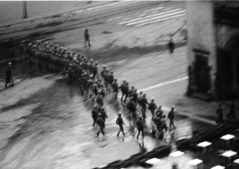 Milicja i ZOMO otaczają Rynek Główny 13 maja 1982 roku_fot. Stanisław Markowski