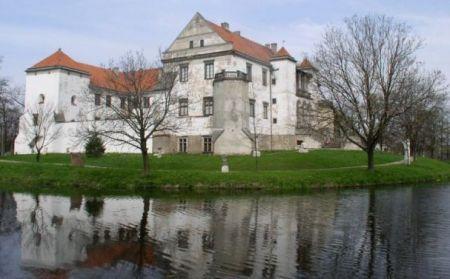 Malowniczo położony, otoczony wodą zamek w Szydłowcu to także atrakcyjne dziś miejsce pracy